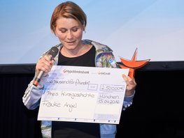 SpaceNet Award Gewinnerin Frauke Angel mit Scheck in der Hand